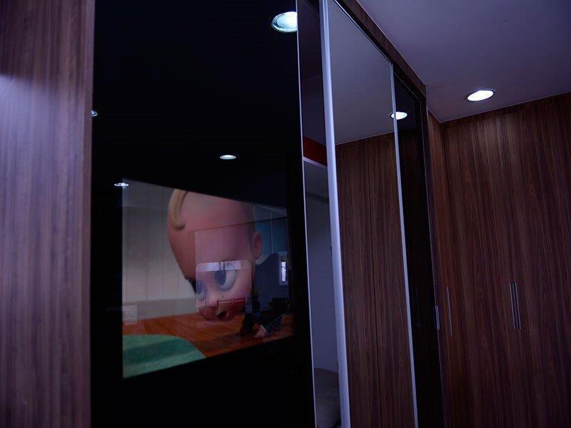 Armário com tv embutida na porta